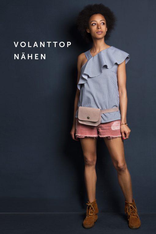 Man sieht unser Schnittmuster das Top mit Volants an einem Modell inklusive Gürteltasche