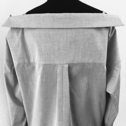 Die Rückansicht eines Hemdes zeigt die hintere Mitte.