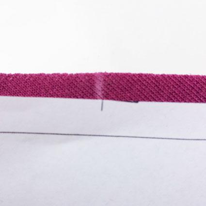 Der Knips ist mit Kreide von einem Schnittteil auf den Stoff übertragen.