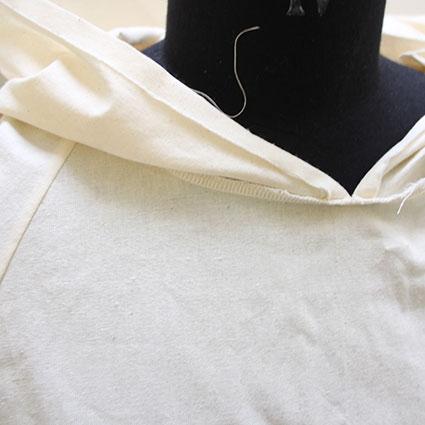 Ein Kleidungsstück wurde aus Nessel zur Probe genäht und über eine Büste gezogen.