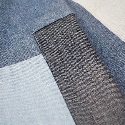 Verschieden farbige Patches in einem Hosenbein wurden eingenäht.