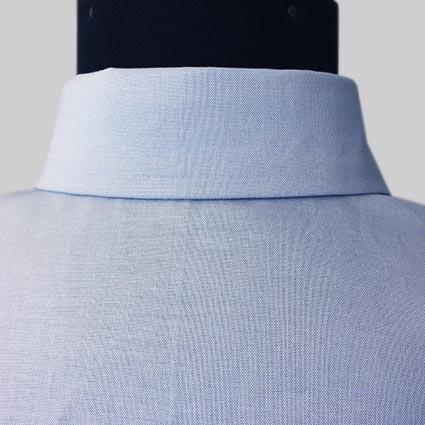 Die rückwärtige Mitte eines Hemdes ist zu sehen.
