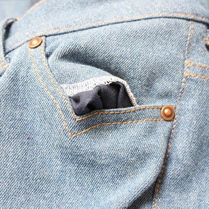 Die Eingriffstasche einer Jeans zeigt den Taschenspiegel.