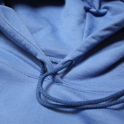 Ein Pullover mit einer Kapuze zeigt den Tunnel, wo die Kordel durchgeführt wird.